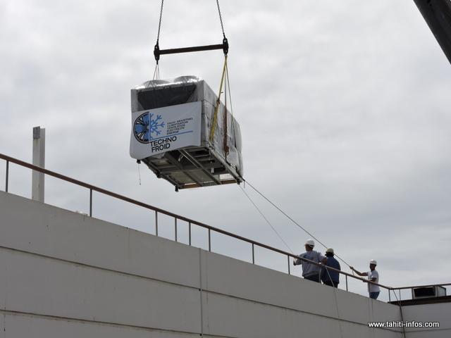 Les deux nouveaux groupes froids ont été installés ce samedi matin sur le toit du CHPF de Taaone
