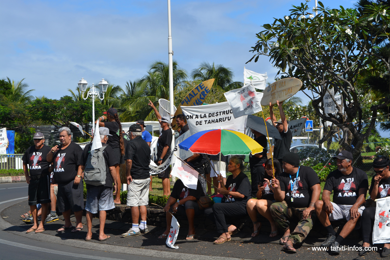 Autour du rond-point de Tahiti Nui (ou rond-point Jacques Chirac), quelques-uns des manifestants venus défendre la protection de leurs rivières contre les travaux d'extractions.