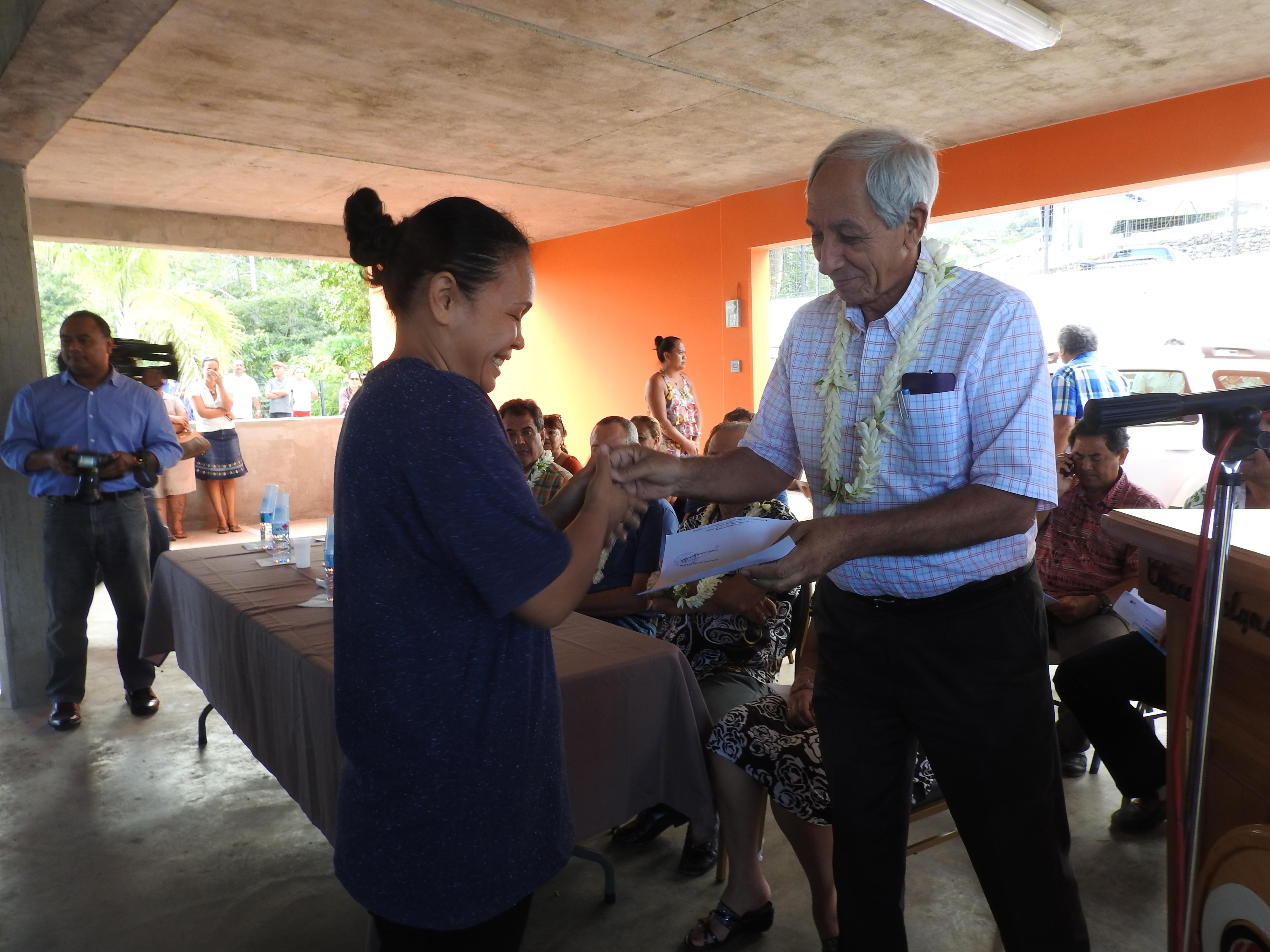Albert Solia, ministre de l'Equipement, remet les clés du logement à une future résidente
