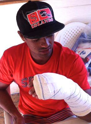 Lono s'est fracturé le poignet en jouant au football.