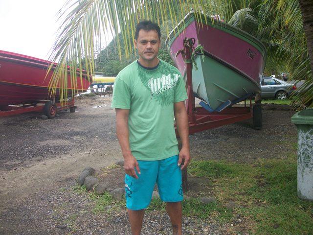 """Le président de l'association """"Tamarii Ma'ohi no Papara"""", Clive Cadousteau pose sur le site du """"Petit Mousse"""", pour faire réagir les consciences et mobiliser les populations à la sauvegarde de leur plage"""