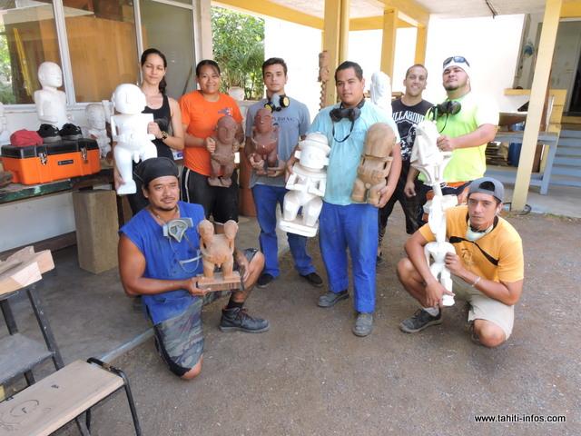 En atelier sculpture, les élèves apprennent à réaliser toutes sortes de tikis