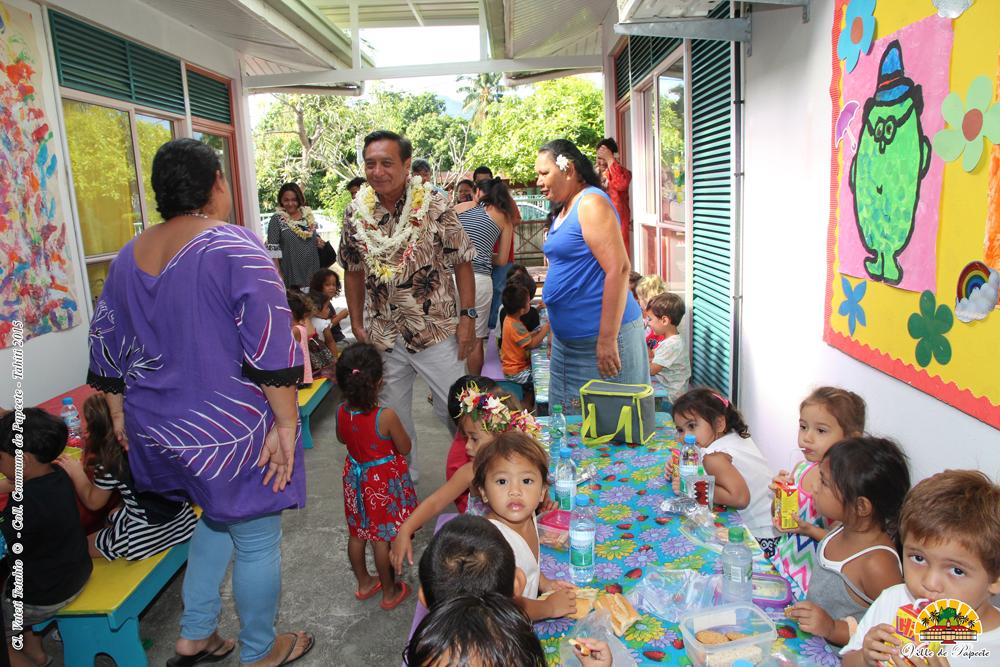 Ici, l'aire des activités des SP a été recouverte. Les enfants peuvent désormais prendre leurs goûters dans de bonnes conditions.