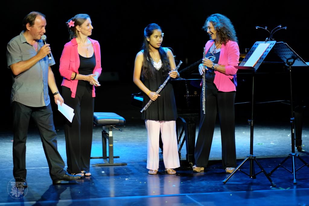 Herenui Liu, au centre, lors du concert de la Journée internationale de la femme en mars dernier, au Grand Théâtre. La jeune musicienne est entourée de son professeur, Christine Goyard, sur la droite, et d'Isabelle Debelleix, pianiste accompagnatrice, sur la gauche. (Photo : Stéphane Sayeb pour le CAPF)