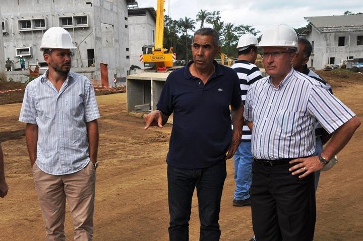 De dr. à g. Hubert Moreau, directeur Interrégional, Gilbert Marceau Directeur du centre de détention de Papeari et Yannick Massard Directeur de Nuutania lors de la visite du futur centre de détention de Papeari cette semaine.