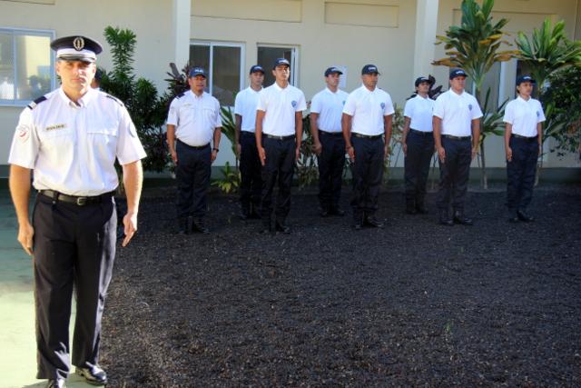 Le capitaine Luc Roattino (à g.), chef du centre régional de Formation de la police nationale, ce lundi matin avec les cadets pour la levée des couleurs.