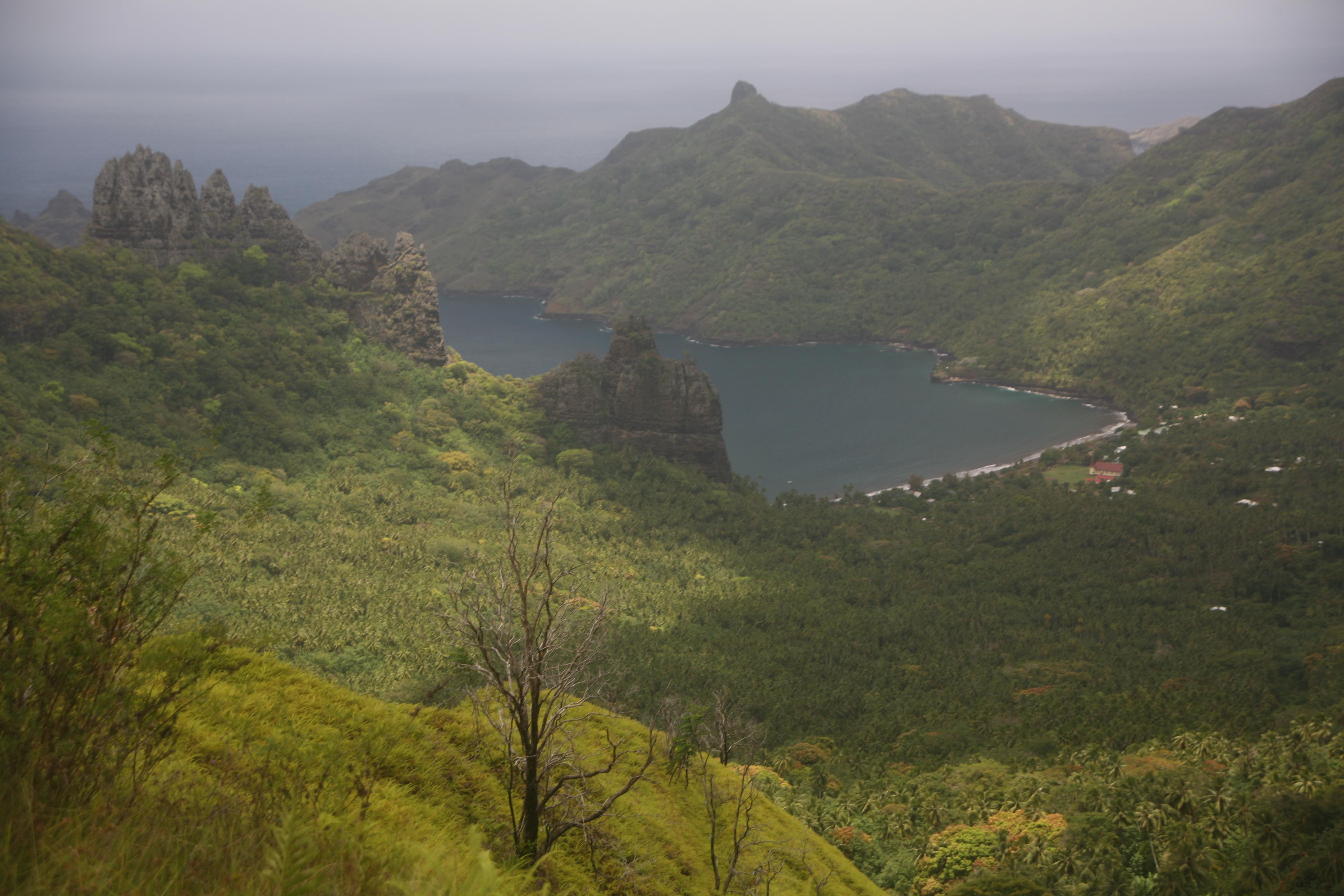 La baie de Hatiheu, lorsque l'on arrive par la route de Taipivai. Les sites restaurés sont cachés par la végétation.