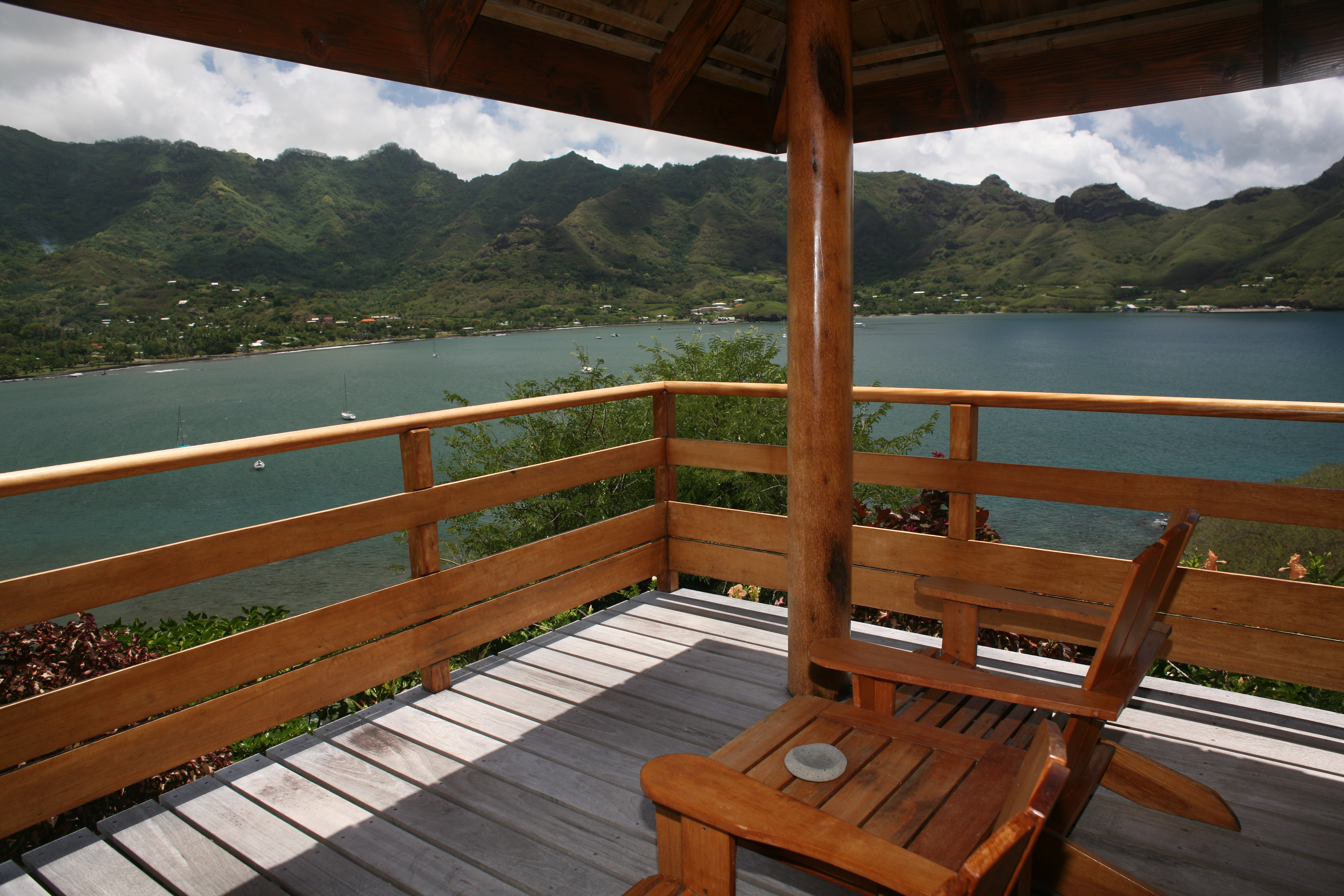 La vue sur la baie de Taiohae, depuis la terrasse de l'un des bungalows du Nuku Hiva Keikahanui Pearl Lodge.