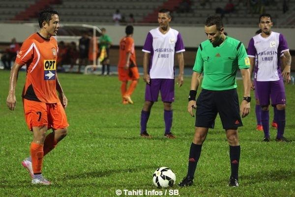 Raimana Li Fung Kuee va marquer le penalty de justesse contre Jonathan Torohia