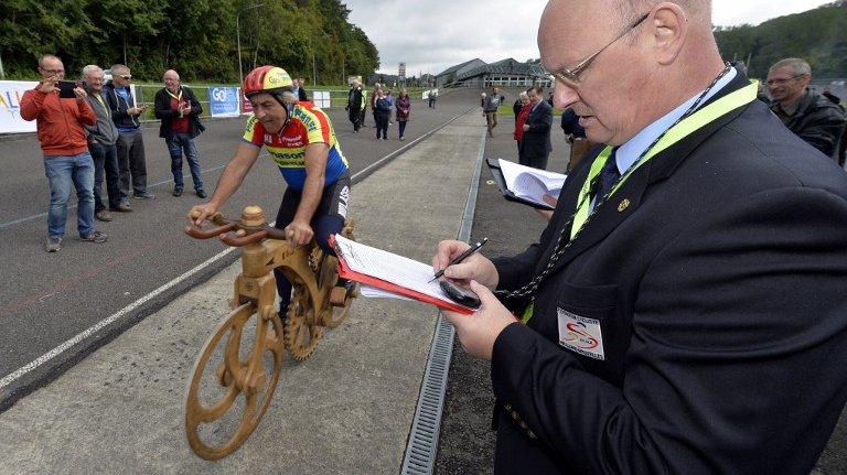 Eddy Planckaert établit le record du monde de l'heure sur vélo en bois
