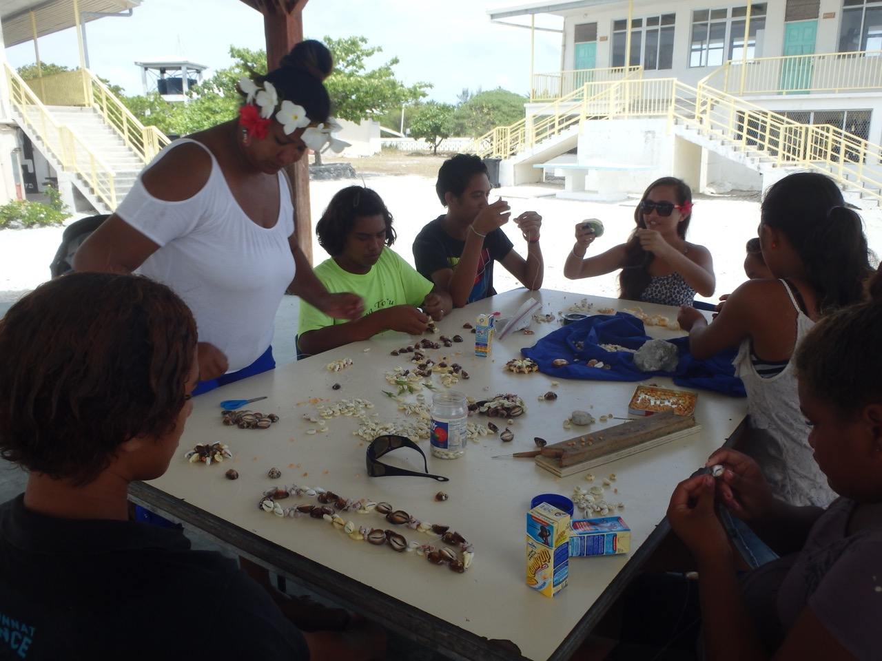 Comment confectionner des colliers de coquillages, un atelier qui a remporté un franc succès auprès des jeunes