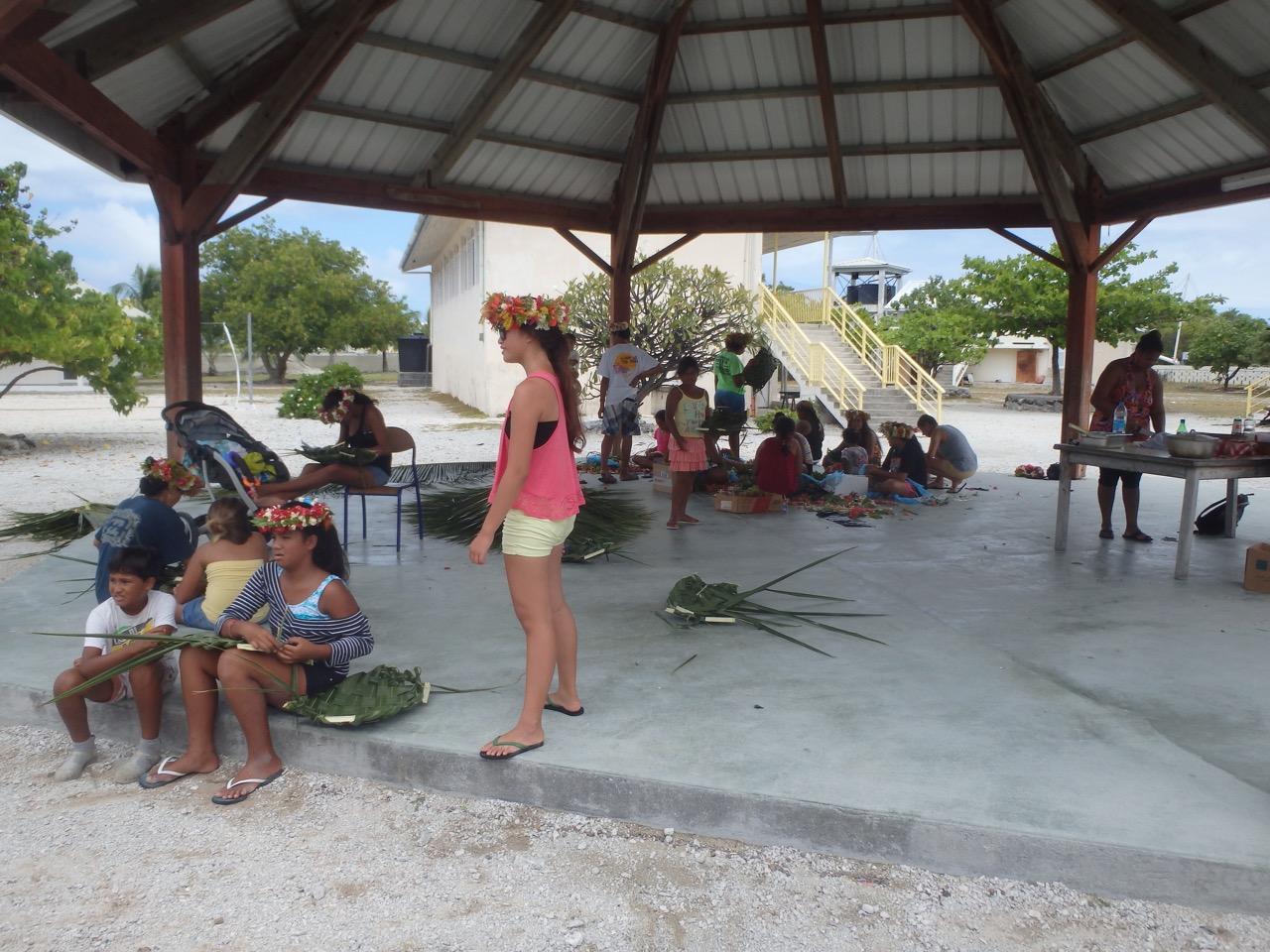 Les collégiens ont appris également différentes façons de tresser les palmiers de cocotier.