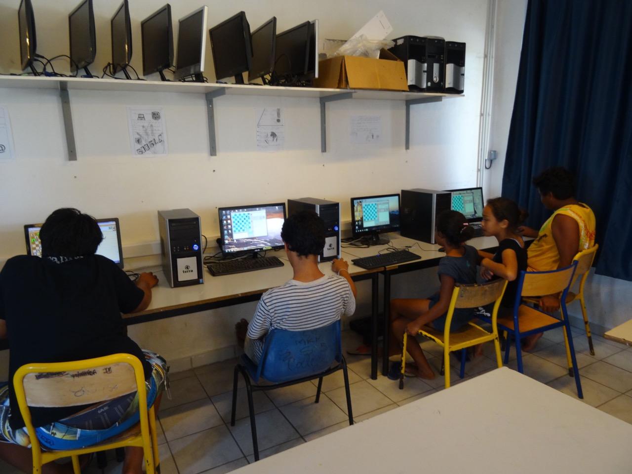 Dans cette salle de cours, des ordinateurs étaient à la disposition des élèves pour des parties d'échecs