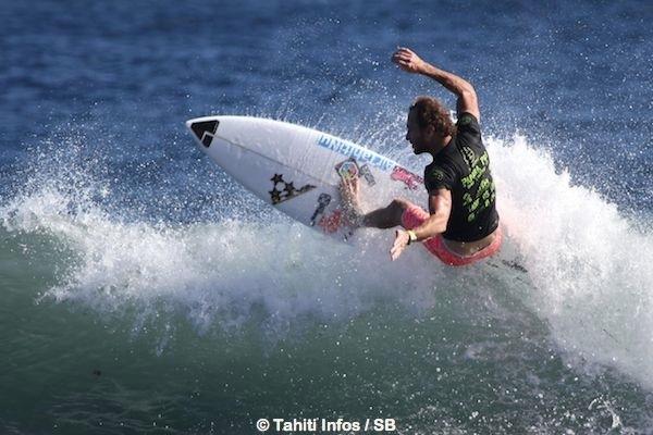 Steven est un des rares surfeurs polynésiens à vivre de son sport
