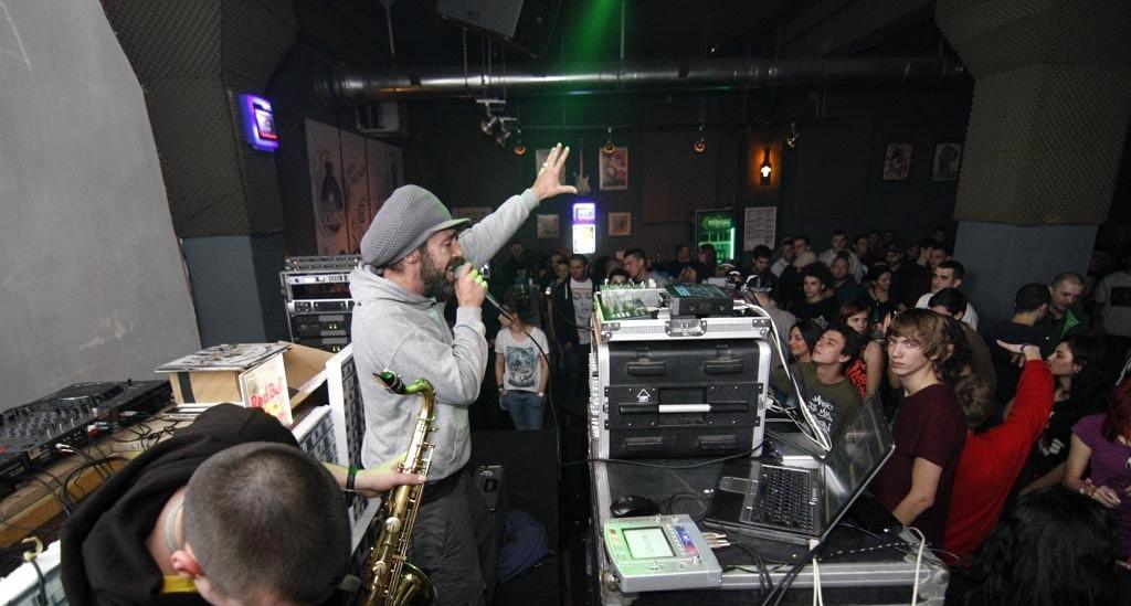 DJ Fred Webcam Hi-Fi baigne dans la musique depuis 25 ans maintenant et a plus de 500 concerts à son actif.