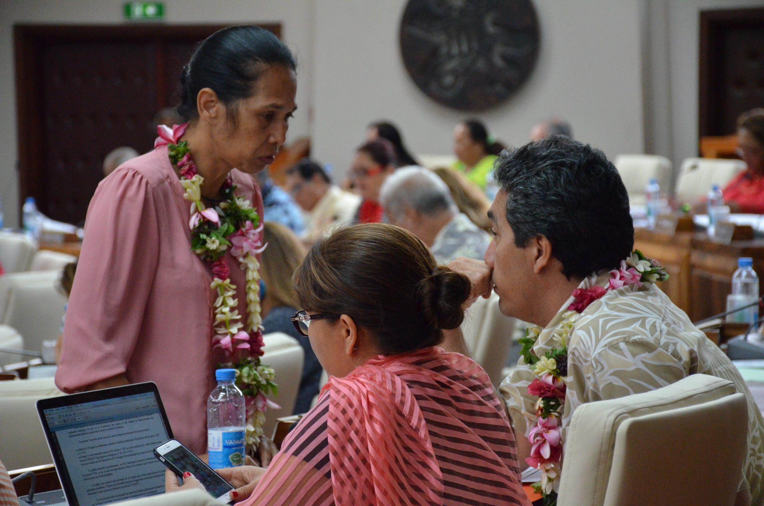 Teura Iriti, présidente du groupe Tahoera'a et Marcel Tuihani, rapporteur jeudi de la proposition de délibération pour la création d'une commission chargée d'enquêter sur l'évolution de la fiscalité et sur la réforme du système de protection sociale polynésien.