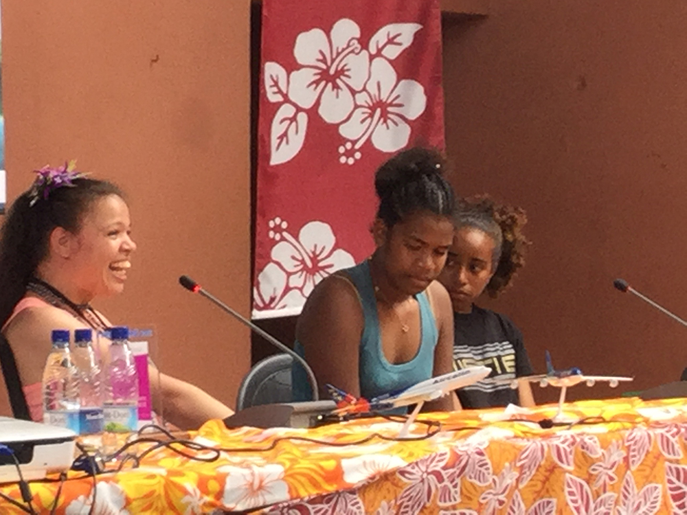 Nathalie Salmon-Hudry reçoit son prix devant 150 lycéens