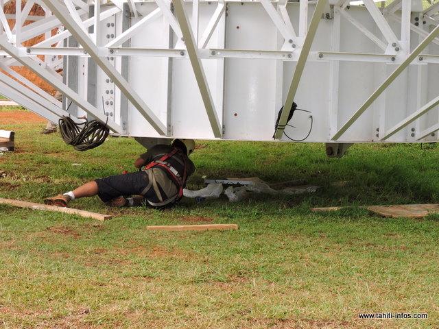 Une fois, la parabole soulevée, un technicien d'une société privée a dû se rendre sous la parabole pour retirer les boulons. Une manœuvre délicate et dangereuse.