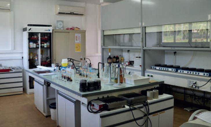 Le LESE (laboratoire d'étude et de suivi de l'environnement, antenne polynésienne de l'irsN) est implanté à Vairao depuis l'été 2009, après avoir été basé durant quarante-quatre ans à Mahina. il effectue depuis 1962 une surveillance permanente de la radioactivité en Polynésie française. Ici laboratoire de radiochimie alpha (Pu).