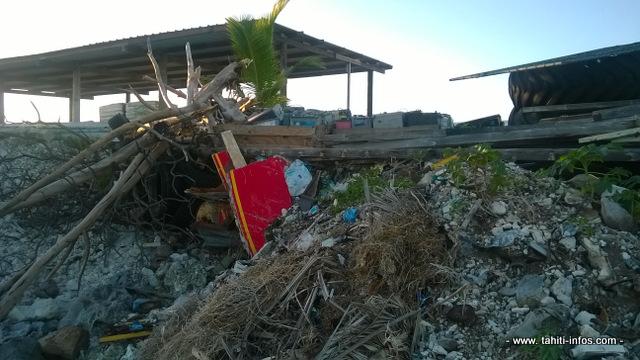 Des tas de gravats, déchets divers qui s'entassent sur le littoral et débordent sur le platier.