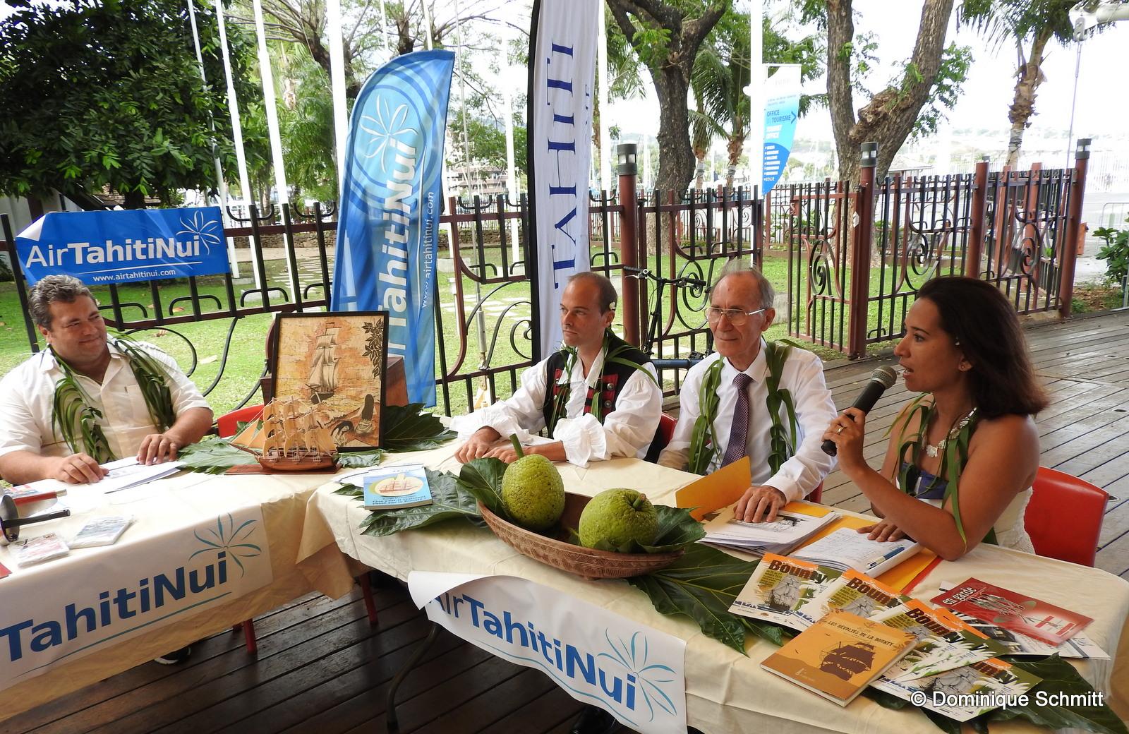 De gauche à droite : Lionel Teihotu, du GIE Tahiti Tourisme, Benjamin Huber, de l'association Bounty Tahiti, Maurice Bligh, le descendant du célèbre capitaine William Bligh, et Thérèse Huber.