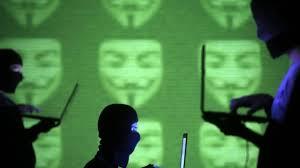 """Trois """"Anonymous"""" jugés pour la mise en ligne des coordonnées de 541 policiers"""