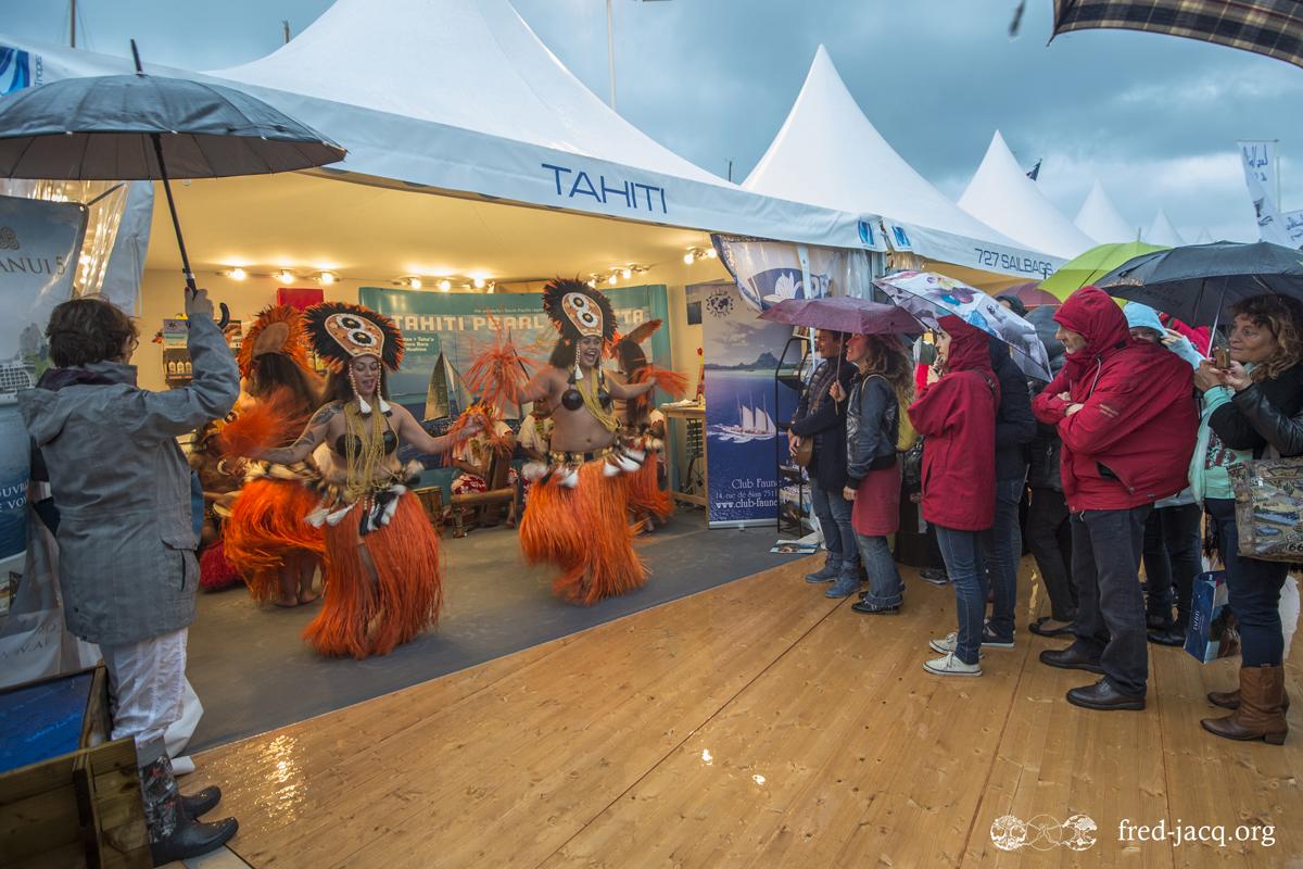 Les danses tahitiennes sur le stand de Tahiti aux voiles de St Tropez. Crédit : Fred JACQ