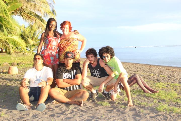 Les humoristes du Tahiti Comedy tour coachés par Léonore Caneri (en jaune)