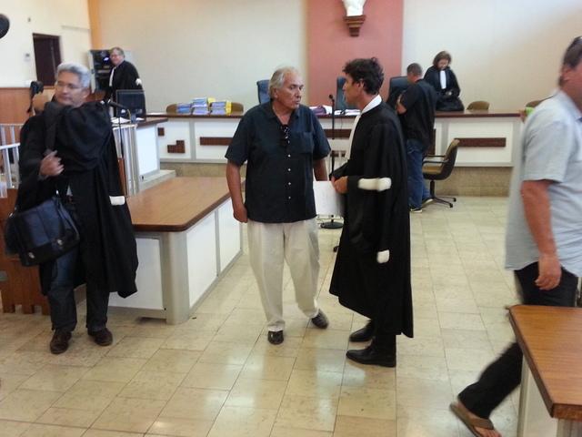 William Bernier (au c.) en discussion avec son avocat lundi au premier jour d'audience.