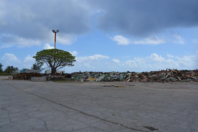"""Hao a été durant 30 ans la base arrière du Centre d'expérimentation du Pacifique. Depuis 2009, la réhabilitation de l'atoll est entreprise mais si les installations militaires ont été détruites, ce n'est pas le cas encore de tous les déchets. Et certains polluants industriels ont pu """"imprégner"""" la population."""