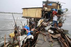 Philippines: le typhon Koppu contraint les habitants à grimper sur les toits