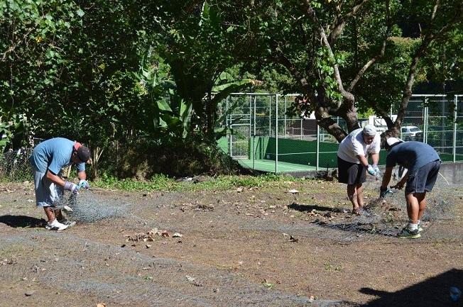 Avant que ces jardins partagés de Tenaho produisent légumes et fruits, il faut préparer et délimiter les parcelles dédiées au projet.