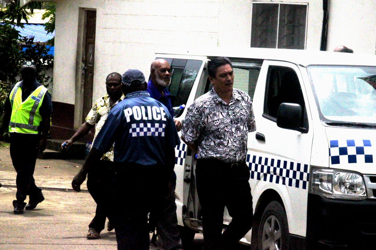 L'ancien Premier ministre Moana Carcasses monte à bord d'un bus de police après l'annonce de sa sentence pour corruption active.