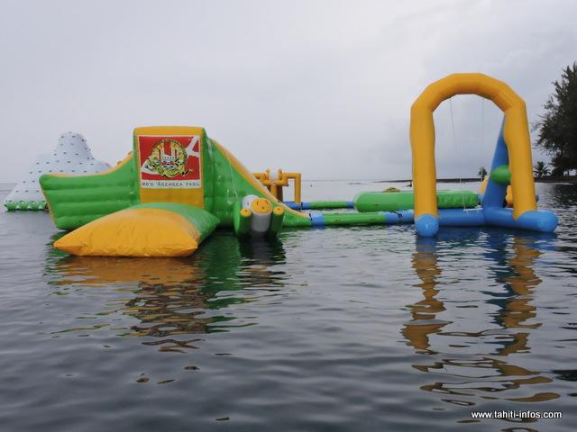 Douze bouées composent le grand parc aquatique qui sera situé à 50 mètres du rivage