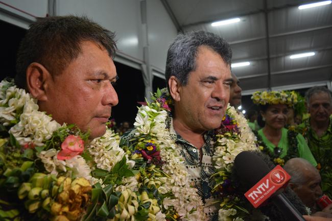 Edouard Fritch, le président du Pays est venu féliciter le nouveau tavana de Papara qui fait partie du groupe Tapura à l'assemblée de Polynésie.