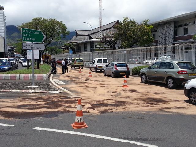 Les pompiers ont répandu du produit absorbant sur une cinquantaine de mètres pour assécher la route.