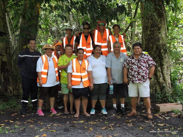 Les jeunes éducateurs du service civique avec le maire Damas Teuira et la 2ème adjointe au maire, Tenuhiarii Faua