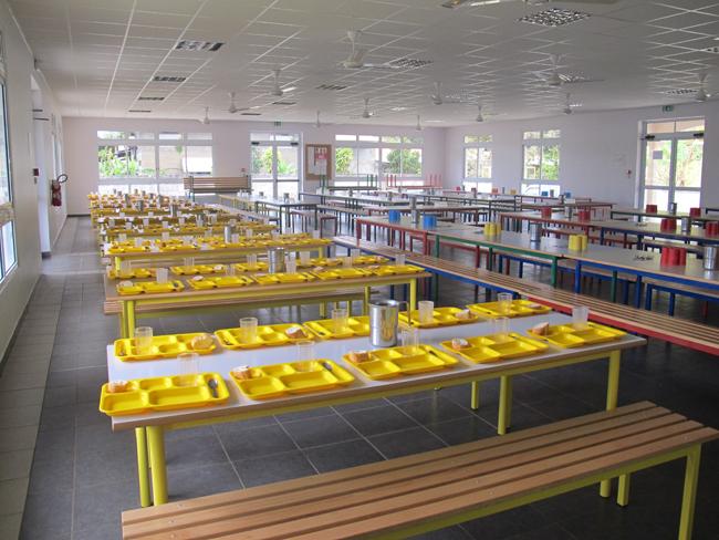 """En 2013, la nouvelle cuisine centrale de Tubuai, construite dans le complexe scolaire de Mataura,  ouvrait. Lors d'une visite sur place, le Syndicat pour la promotion des communes notait """"le travail d'équipe réalisé entre la commune, l'équipe pédagogique, l'association des parents d'élèves et les services du Pays. Cette approche permet de proposer aux enfants de Tubuai un repas équilibré et gouteux, servi chaud, et ceci trois fois par semaine, malgré les difficultés économiques rencontrées"""" (Crédit photo SPC PF)"""