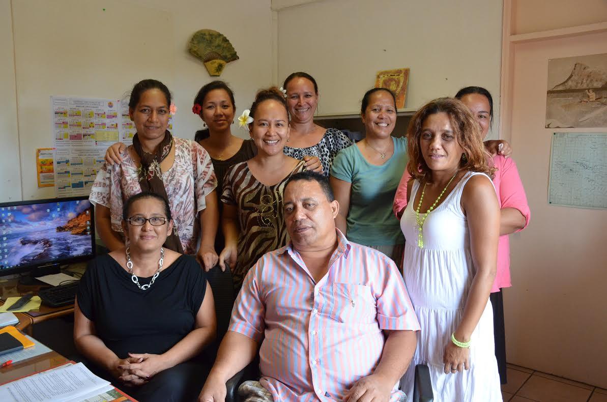 Lizzie (en noir en bas à gauche) et son équipe s'occupent d'organiser le transport scolaire pour les élèves de tous les archipels