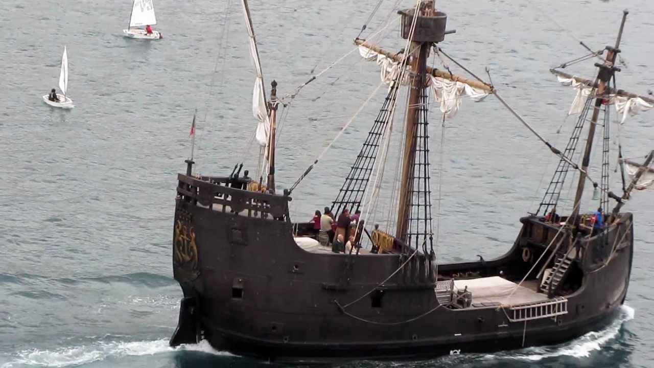 """Ce bateau est la réplique de la """"Santa Maria"""", la caravelle de Christophe Colomb. Elle jaugeait 223 tonneaux. Paulmier partit pour la terre australe à bord du même type de bateau, l'""""Espoir"""", qui ne jaugeait que 120 tonneaux, pour un périple qui dura 15 mois, avec soixante hommes à bord !"""