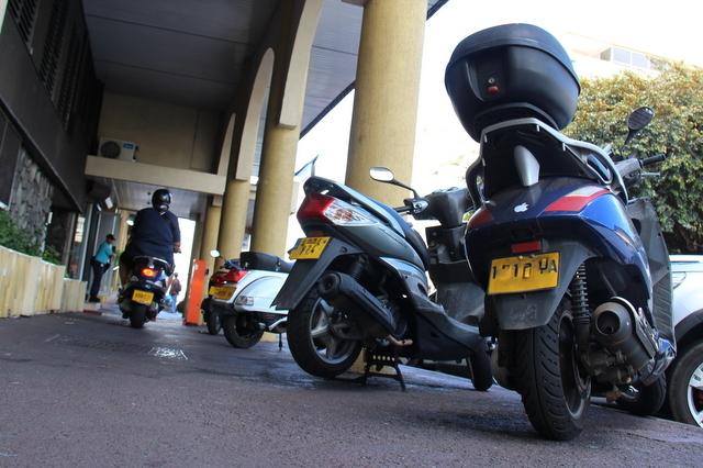 Autre mesure à entrer en vigueur, l'interdiction pour les deux-roues de se garer hors des aires de stationnement prévues à cet effet. Rouler sur les trottoirs… l'était déjà depuis longtemps.