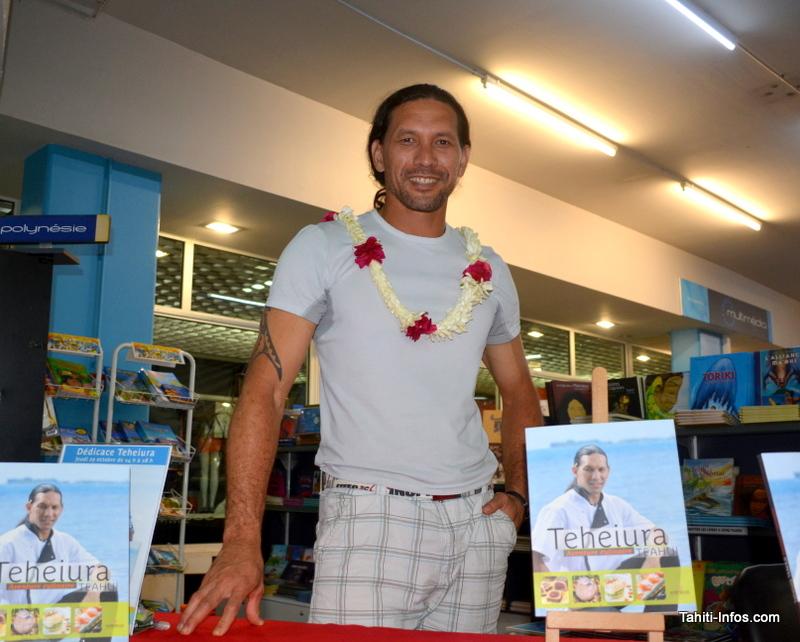 Teheiura en dédicace à Tahiti : ses fans le gardent toujours dans leurs cœurs
