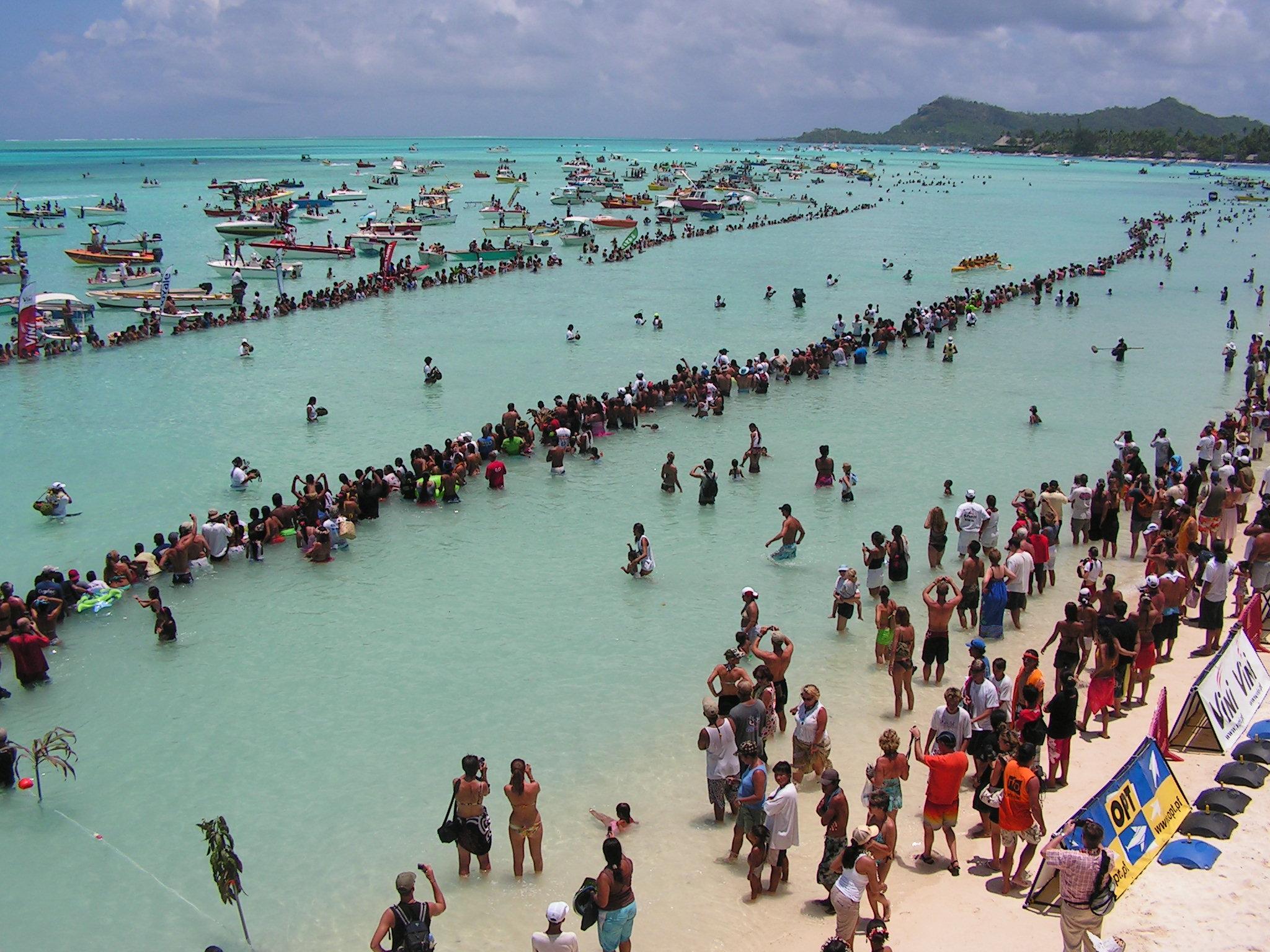 La fin de la course Hawaiki Nui va'a sur le plan d'eau de Matira entraîne souvent la surconsommation d'alcool. Crédit : Françoise Buil