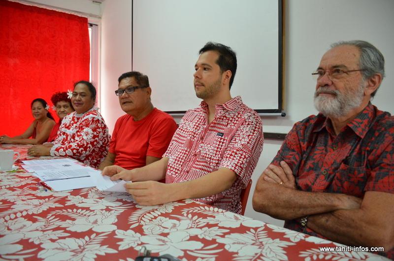 Quelques membres du bureau exécutif du Ia Mana, avec Jacqui Drollet au premier plan et Joël Teipoarii, au centre en rouge.