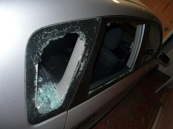 Les policiers ont du briser la vitre de la voiture pour libérer l'enfant enfermé à clé. (Photo d'illustration)