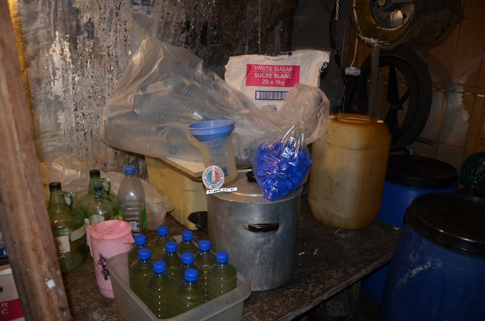 Des productions clandestines de komo, cet alcool frelaté connu pour rendre fou, sont régulièrement découvertes par la DSP.