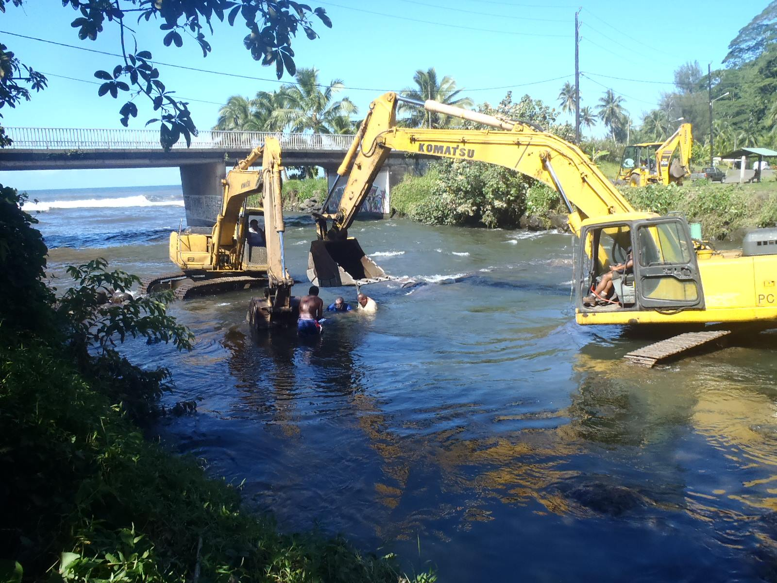 Les services municipaux étaient à pied d'oeuvre ce matin après les intempéries (crédit photo : commune de Hitia'a O Te Ra)