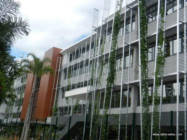Les nouveaux locaux du haut commissariat qui ont ouvert leurs portes à la fin du mois d'août 2012 sont bâtis en respectant des normes (nationales) HQE, haute qualité environnementale. C'est le premier bâtiment public polynésien imaginé de cette façon. Depuis un immeuble privé, l'immeuble Le Bihan à Pirae a été bâti avec le même principe. Mais il n'existe pas, pour l'instant en Polynésie, de réglementation pour inciter à construire en HQE.