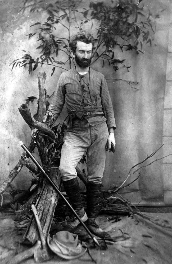 Un portrait mis en scène de Nikolaï Mikloukho Maklai, réalisé en 1880 dans le Queensland. Il a 34 ans, et il est rongé par les maladies contractées en Nouvelle-Guinée.