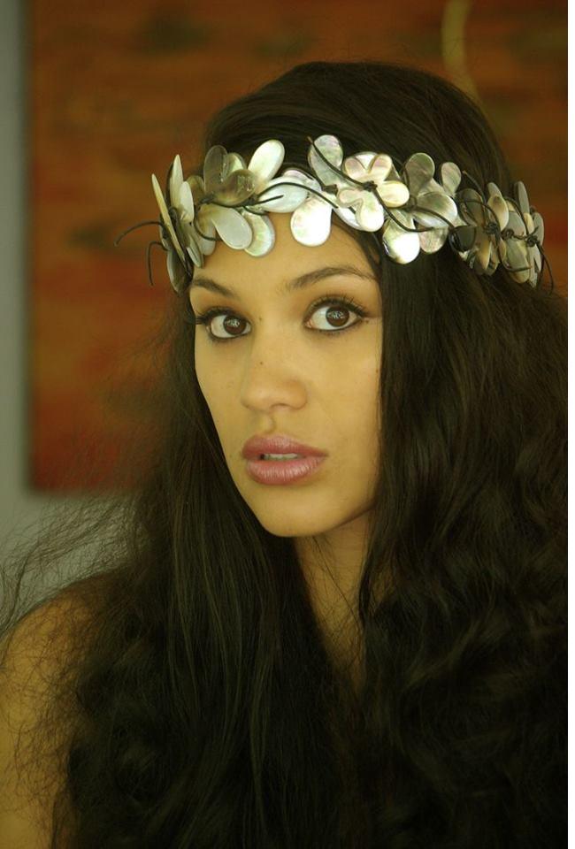 Hinarere Taputu est déjà belle au naturel. Pour Miss Monde 2015, elle devra sublimer ses atouts… et gagner des points au cours des différents défis organisés pour départager les candidates jusqu'à la finale.